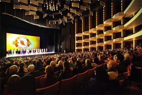 '图3:二零一七年十二月二十八日至三十日,神韵纽约艺术团在加拿大首都渥太华的国家艺术中心上演了四场演出。图为二十九日晚演出爆满的盛况。'