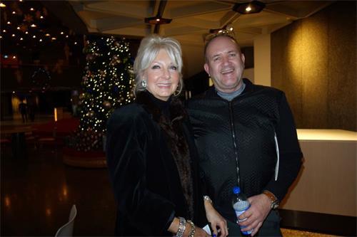 """'图7:加拿大国防部官员RayMackley先生与太太ManjaMackley观赏神韵在渥太华的演出后赞叹:""""这是我见过的最令人惊叹的演出!""""'"""